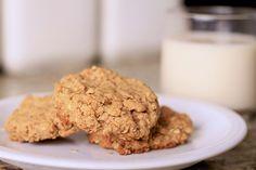 Peanut Butter Oatmeal Cookies 3. Havermout en pindakaas = heel de dag door energie  Deze combinatie van complexe koolhydraten en gezonde vetten is perfect als ontbijt. De complexe koolhydraten van de havermout zorgen ervoor dat je energie hebt voor de hele dag, de vetten in de pindakaas stabiliseren je bloedsuikerspiegel. Dus: havermoetkoekjes met pindakaas? Ontbijtkoekjes voor kampioenen!