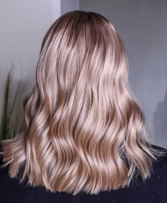 We can't get enough of this super summery vintage blush colour 😍🌸 and masterfully combined and Colour Fresh Create shades to create dreamy ash tones that aren't too in your face, but still make one hell of a statement 📸 Pink Blonde Hair, Rose Blonde, Strawberry Blonde Hair Color, Blonde Hair Looks, Dark Blonde Hair Color, Hair Color Shades, Hair Colour, Blush Color, Beige Hair Color