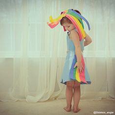 Cette petite fille de 4 ans fait des robes en papier avec sa mère... Ce qu'elles créent ensemble est vraiment superbe !