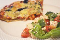 Homemade pizza met salade