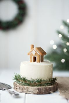 Cute Christmas cake with tiny gingerbread house decoration Pastel de Navidad Merry Little Christmas, Christmas Love, Christmas Goodies, All Things Christmas, Winter Christmas, Christmas Trees, Christmas Crafts, Christmas Decorations, Xmas