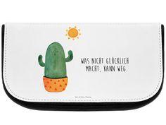 Kosmetiktasche Kaktus Sonnenanbeter aus Kunstfaser  Natur - Das Original von Mr. & Mrs. Panda.  Eine wunderschöne Kosmetiktasche von Mr. & Mrs. Panda mit getrennten Fächern und Reißverschlussfach an der Vorderseite. Sie ist strapazierfähig, schmutzabweisend und abwaschbar. Bedruckt mit unseren wunderschönen handgezeichneten Motiven. Das dargestellte Zubehör ist beispielhaft und nicht enthalten.    Über unser Motiv Kaktus Sonnenanbeter  Sommer, Sonne, Sonnenschein! Da darf natürlich der…