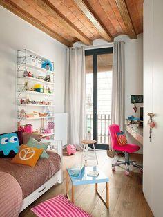 Dormitorio infantil con planta irregular y balcon, decorado en blanco