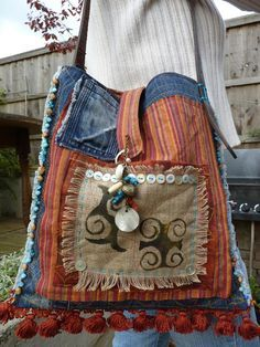 Adinkra baile de una bandolera tipo de materiales por Royalnatty Pochette Diy, Jeans Recycling, Recycle Jeans, Vieux Jeans, Bolsas Jeans, Recycled Denim, Kotlar, Bohemian Bag, Boho Bags