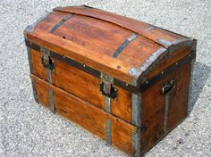 Une malle ancienne. Old Trunks, Trunks And Chests, Rando, Hope Chest, Decoration, Storage Chest, Pirates, Diy, Furniture