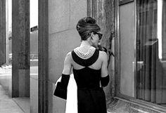Retrouvez la beauté d'une #robevintage au dos nu travaillé. #audreyhepburn #1960