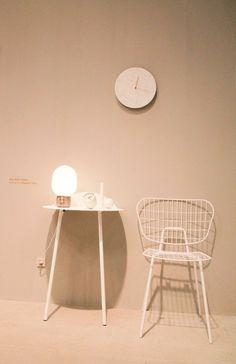 Menu Tisch mit Lampe und Stuhl auf der IMM 2015 www.austattungundso.de