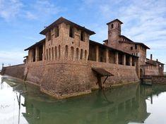 Il Castello di Pagazzano, in provincia di Bergamo, è aperto la prima e terza domenica del mese. Sorge lungo la strada per Treviglio. Visite in questi orari.