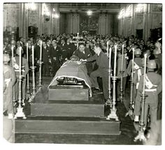 https://flic.kr/p/Gs5n4p   1960 En la Catedral de santiago Funeral de Estado para Carlos Ibañez del Campo, en primera fila Jorge Alessandri,  Compañía de Guardia del Ministerio de Defensa   al centro de la imagen vemos el acceso a la Catedral, la que da al oriente.   A los pies del difunto una cruz, para que el rostro mire hacia el Señor al momento de la resurrección.  Es 1960 y el paso de dos años hacia olvidar que en  1958, casi finalizando su periodo, su Gobierno tenía un bajo apoyo…