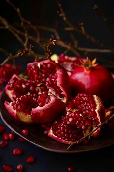 pomegranate food photography Because this is my favorite fruit and the pic is beautiful Fruit And Veg, Fruits And Veggies, Fresh Fruit, Vegetables, Photo Fruit, Dark Food Photography, Fruit Art, Food Styling, Food Art