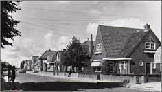 Gaastweg vanuit plein gefotografeerd. Op de foto zie nog het muurtje om onze tuin voor de eerste uitbreiding van de winkel. Foto in 1955 genomen.