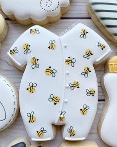 Little wet on wet bees 🐝 💛 Bee Cookies, Paint Cookies, Fancy Cookies, Royal Icing Cookies, Sugar Cookies, Heart Cookies, Valentine Cookies, Easter Cookies, Birthday Cookies