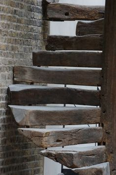 Casa Simples Rusic wood spiral stairs