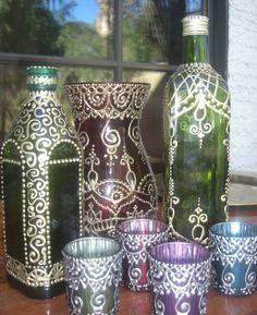 BESCHREIBUNG:  Diese schöne Hand bemalte olivgrün Glasflasche hat eine ethnische marokkanischen oder Henna inspiriert mit dreidimensionalen Goldfarbe zu entwerfen. Diese Flasche eignet sich für Olivenöl, Seife, Essig oder Flüssigkeiten jeglicher Art. Die Flasche hat eine Drehung auf Kappe und eine Kunststoffeinlage innen leicht Chaos - Kostenloses Gießen.    Diese Flasche in jede Küche oder Bar-Bereich wäre ein schönes und sähe toll aus in einer Auflistung.    MAßE:  12 von oben nach unten…