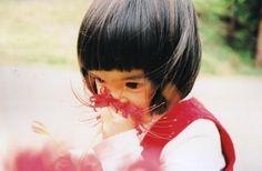 未来ちゃんの赤い服と曼珠沙華が映える一枚です。 大人ではやらないようなこんな行動も、羨ましいくらい生き生きとしています。