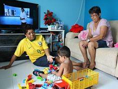 Casal homossexual comemora o 1º Dia das Mães com filho adotivo.