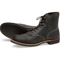 8116 Iron Ranger Charcoal | Botín Red Wing con cordones hecho en cuero engrasado color ceniza y suela de goma para hombre | Red Wing mens black charcoal laced ankle boots with rubber sole.