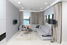 Szary salon: 20 pięknych wnętrz  - zdjęcie numer 12 Living Room Grey, Teak, Couch, Curtains, Furniture, Home Decor, Dragon, Settee, Blinds