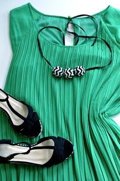 DIY: Lag sommerens lekreste smykke med perlebroderte chevronkuler. Make a beautiful chevron pearl necklace - Step-by-step tutorial at myldre.com.