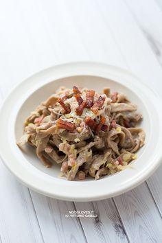 """Un primo piatto dai sapori decisi, """"della terra""""; una pasta fatta in casa, rustica e profumata alle castagne, per un pranzo tutto autunnale!"""