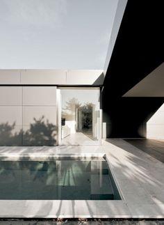 Quer verlaufende Innenwände dienen der Blickführung in die Landschaft und halten Distanz zu den seitlich anschließenden Nachbarn | Think Architecture ©Think Architecture, Marco Zbinden, Zürich