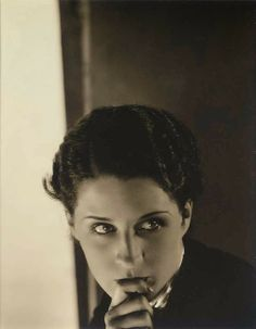 by Edward Steichen / Norma Shearer, 1927 Edward Steichen, Norma Shearer, Golden Age Of Hollywood, Vintage Hollywood, Hollywood Stars, Classic Hollywood, Hollywood Icons, Hollywood Glamour, Alfred Stieglitz