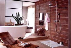 Badezimmer-englisch-Badezimmer-mit-hölzernen-Schattierungen