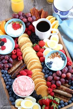 Breakfast Charcuterie Board This board is perfect for brunch lunch or even dinner Easy Homemade Pancakes, Tasty Pancakes, Homemade Breakfast, Best Breakfast, Breakfast Picnic, Breakfast Healthy, Birthday Brunch, Brunch Party, Easter Brunch