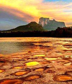 """Amazonas posee el maravilloso Cerro Autana, un tepuy de 1.240 metros de altura, que fue declarado Monumento Natural en 1978. """"Autana"""" significa montaña sagrada Venezuela"""