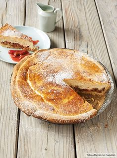 Oben cremiger Käsekuchen, unten fruchtig-herber Rhabarber: Kuchenträume werden wahr!