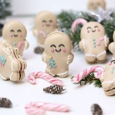 Are you lacking inspiration for a Christmas dessets? These cute festival Christmas desserts are perfect for this holiday! Christmas Cupcakes, Christmas Desserts, Christmas Treats, Christmas Baking, Macarons, Macaron Cookies, Christmas Cocktail, Cute Baking, Macaroon Recipes