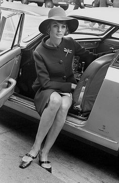Jean Shrimpton brought the fashion world to a halt. Unlike the more voluptuous models of the that came packaged with stiff aristocratic poses, this leggy British brunette broke the modelling mould entirely with her super slender frame. Jean Shrimpton, Fashion Gallery, Fashion Images, Twiggy, 1960s Fashion, Vintage Fashion, Mod Fashion, Sporty Fashion, Fashion Shoot
