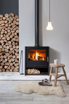 Bright Wood Burning Stove Inspirations For The Modern Home – Freestanding fireplace wood burning Scandinavian Fireplace, Scandinavian Home, Contemporary Wood Burning Stoves, Freestanding Fireplace, New Interior Design, Interior Stylist, Bright Homes, Fireplace Design, Fireplace Ideas