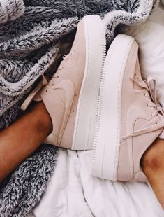 2019 white and pink Nike Air Max Sneakers Sneakers Mode, Sneakers Fashion, Fashion Shoes, High Top Sneakers, High Heels, Pink Sneakers, Girls Sneakers, Nike Fashion, Fashion 2017