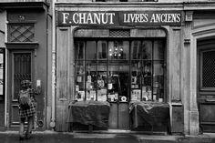 la librairie Chanut  41 de la rue Mazarine 6e Vintage Paris, Vintage Shops, Rue Mazarine, Pont Paris, Shop House Plans, Black Floor, Shop Fronts, World Of Books, Shop Front Design