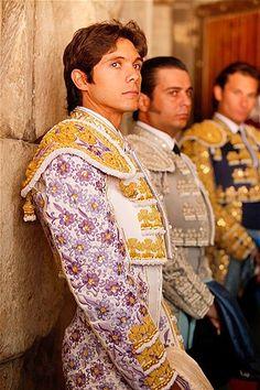 Es una fota de un matador. Juan Cortez era un matador famoso en España. A Carmen le gustaba a él porque era muy guapo. Juan mató el toro con una espada.