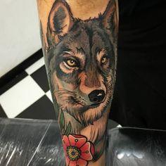 Wolf und Blume Design am Unterschenkel