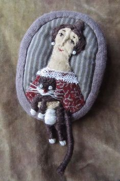 Елена Пинталь woman with cat fiber art brooch (image only) Art Textile, Textile Jewelry, Fabric Jewelry, Jewellery, Fabric Art, Fabric Crafts, Embroidery Applique, Embroidery Stitches, Creation Couture