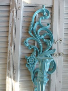 Upcycled Vintage Decor, kinda what iam doing with my window piece, But on my shutter iam adding old bed spring for my candle holders. Upcycled Home Decor, Upcycled Vintage, Vintage Decor, Vintage Stuff, Old Window Projects, Vintage Candle Holders, Blue Candles, Painted Furniture, Vintage Furniture
