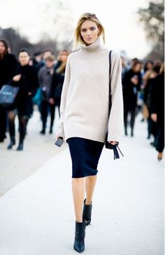 Doe hoofden draaien in een nauw aansluitende kokerrok met losse trui.