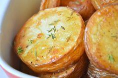 Cartofi prajiti la cuptor cu cimbru. Cartofi aurii si rumeni, aromati cu un pic de cimbru proaspat sau uscat, simpli si buni. Imi plac mult acesti cartofi Tasty, Yummy Food, New Recipes, Baked Potato, Potatoes, Baking, Vegetables, Ethnic Recipes, Mariana