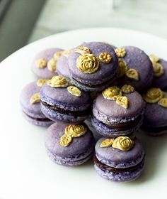 French macarons, purple and gold.  http://bakemyday.se/?p=4188