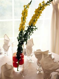 Simple and interesting. If that's the kind of look who are going for for your event this is creative. Two Snapdragons in a vase with Oranges. For a fragrant touch slice the oranges and place them around the inside of the vase. then add the flowers. Very Chic!