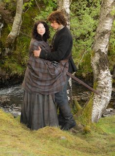 Caitriona Balfe (Claire Randall) and Sam Heughan (Jamie Fraser) in Outlander on Starz