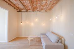 Vivienda en Gràcia  ©pptinteriorismo #Barcelona #diseñointerior #interiordesign  #lampara #bombilla #gracia #peces #salón #sofá #baldosahidraulica #bovedillas #mimbre #roble #azul