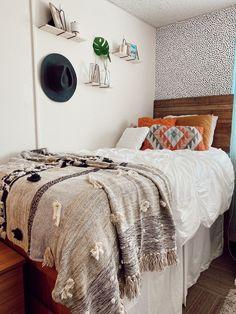 College Bedroom Decor, Boho Dorm Room, Western Bedroom Decor, College Room, Dorm Rooms, Dorm Room Designs, Room Design Bedroom, Small Room Bedroom, Room Ideas Bedroom
