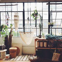 吊るすだけでおしゃれな空間に!プラントハンガーで彩るお部屋アイデア11選 | folk