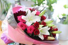 お誕生日の花束 ユリ・バラ2色・ダリアを使用しています。