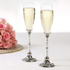 Beaded Champagne Toasting Flutes | #exclusivelyweddings | #toastingflutes
