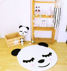 Image of Alfombra infantil panda Diy Crochet Basket, Crochet Mat, Crochet Carpet, Crochet Home, Braided Rag Rugs, Painted Baskets, Animal Rug, Crochet Shoulder Bags, Panda Party